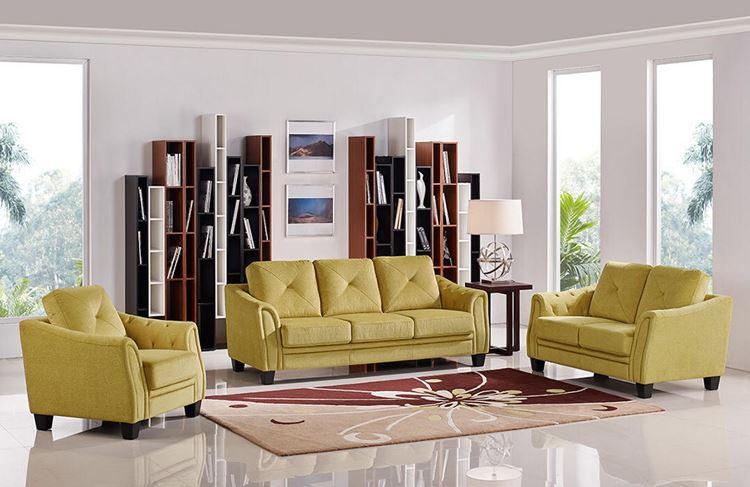 Жёлтый диван в интерьере: гостиная в скандинавском стиле с приглушённо-жёлтой мягкой мебелью