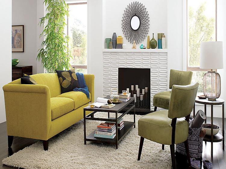 Жёлтый диван в интерьере: гостиная с замшевым диваном и оливково-зелёными стульями