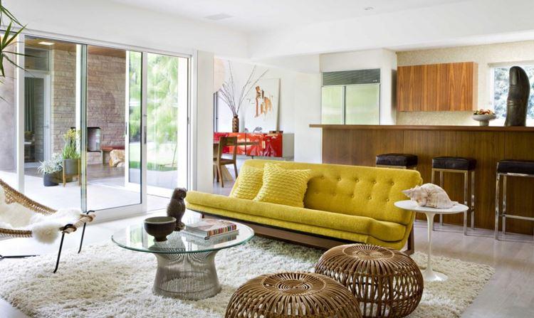 Жёлтый диван в интерьере: гостиная с деревянными элементами мебели