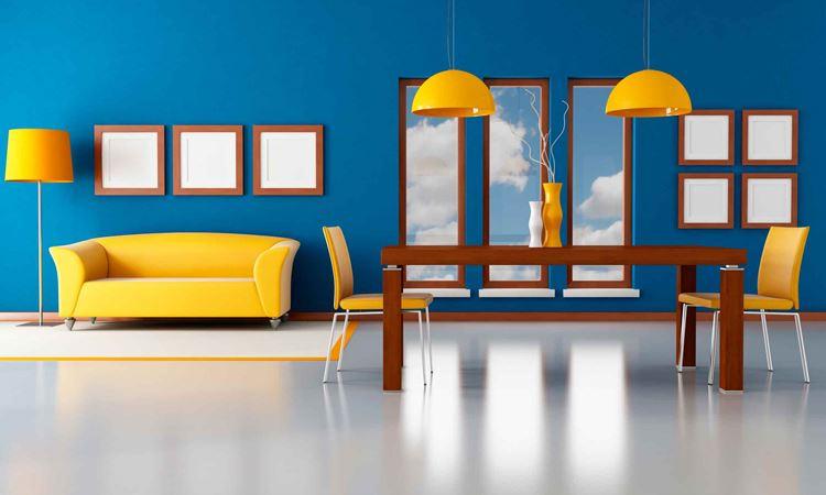 Жёлтый диван в интерьере: яркий диван, стулья и светильники в комнате с голубыми стенами