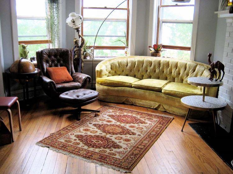 Жёлтый диван в интерьере: старинная гостиная с мебелью в стиле барокко