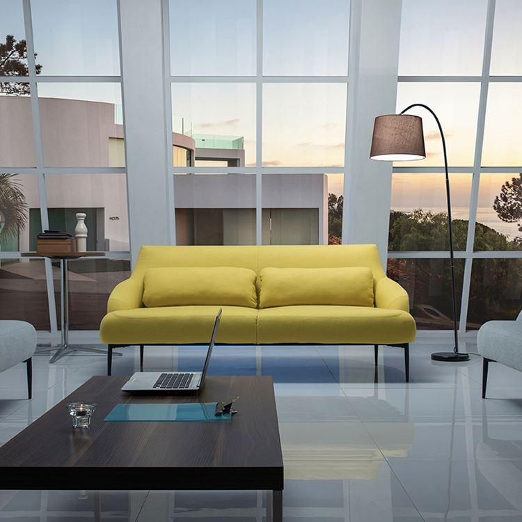 Жёлтый диван в интерьере: гостиная с высокими окнами и двухместным жёлтым диваном с подушками