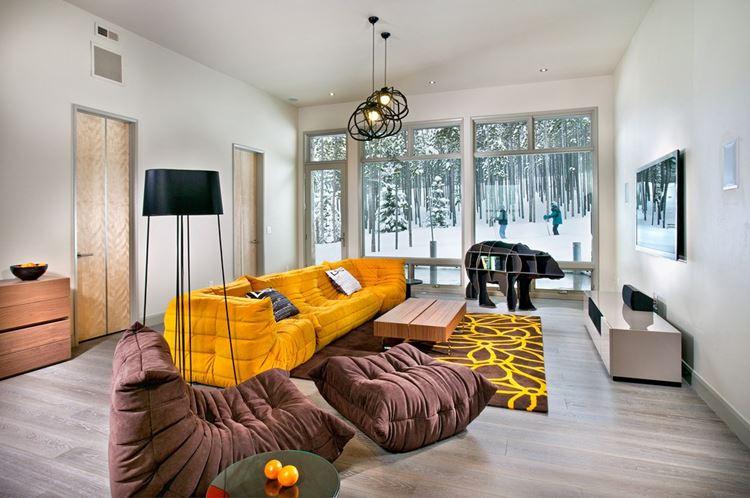 Жёлтый диван в интерьере: гостиная в загородном доме с шафрановым диваном