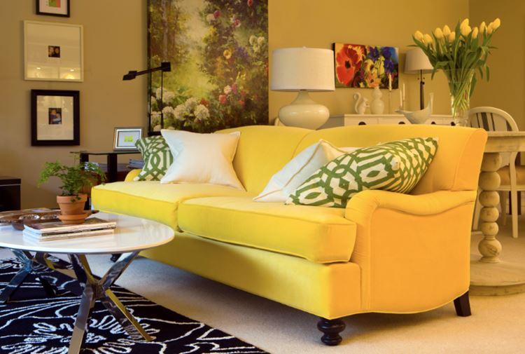 Жёлтый диван в интерьере: комната с жёлтым диваном и бело-зелёными подушками