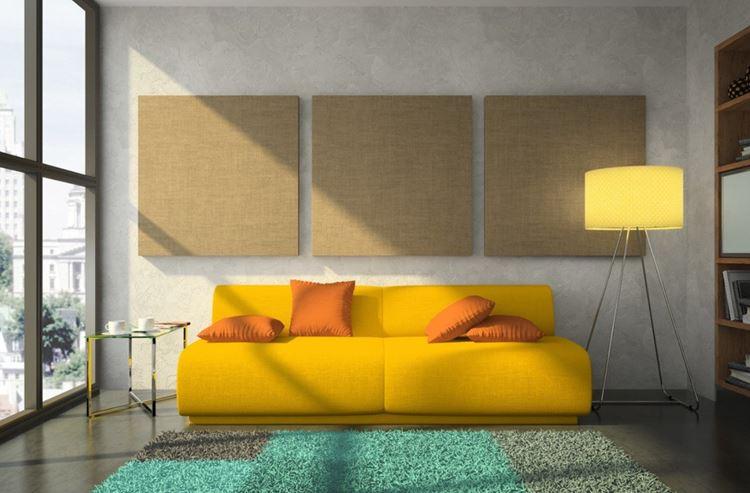 Жёлтый диван в интерьере:  диван с оранжевыми подушками в гостиной с серо-бежевыми стенами