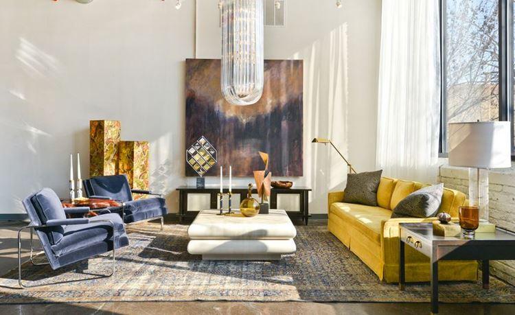 Жёлтый диван в интерьере: гостиная с бархатной мягкой мебелью
