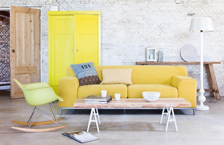 Жёлтый диван в интерьере: гостиная в стиле лофт с кирпичной стеной и мягким жёлтым бархатным диваном