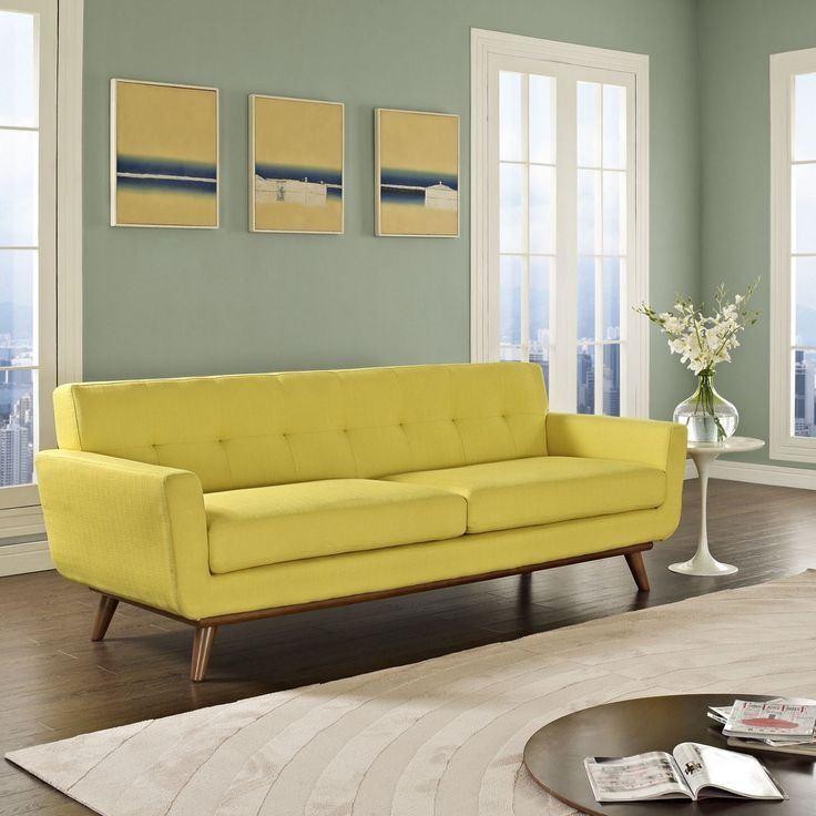 Жёлтый диван в интерьере: жёлто-зелёная гостиная с мягким двухместным диваном и бежевым ковром