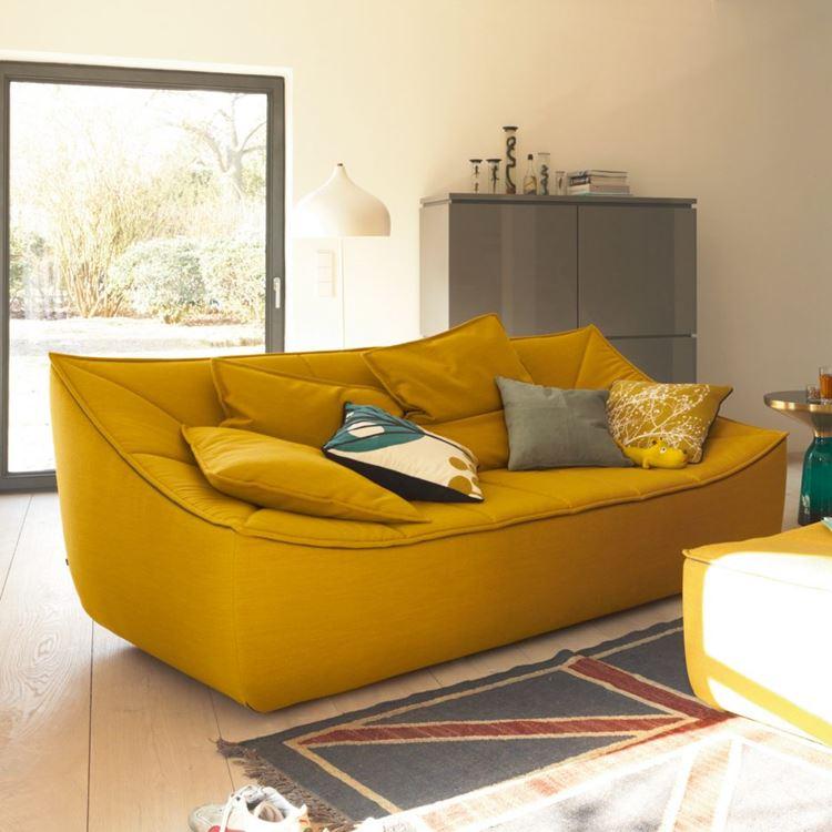 Жёлтый диван в интерьере: тёмно-шафрановый диван с подушками в современном интерьере