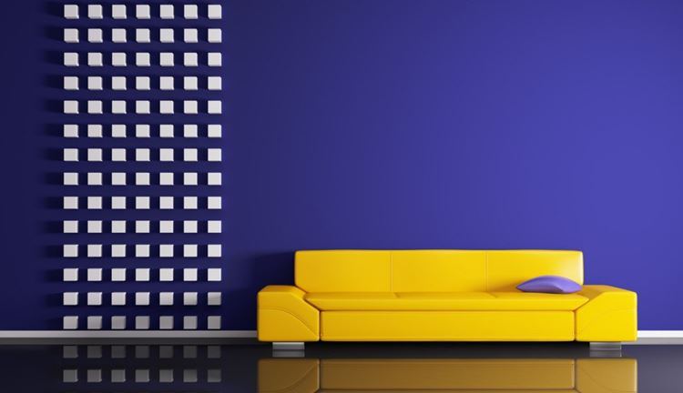 Жёлтый диван в интерьере: низкий диван с тёмно-фиолетовой стеной