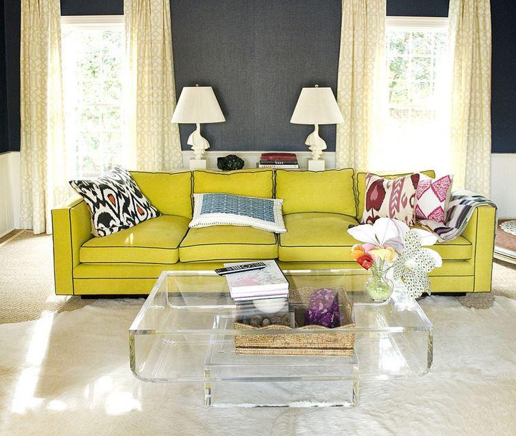 Жёлтый диван в интерьере: гостиная с большим жёлтым кожаным диваном с подушками