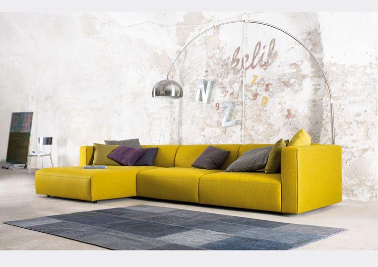 Жёлтый диван в интерьере: Квартира-студия с угловым диваном с фиолетовыми и серыми подушками