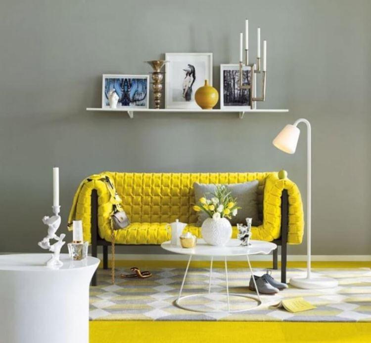 Жёлтый диван в интерьере: гостиная в скандинавском стиле с ярким диваном и белыми аксессуарами