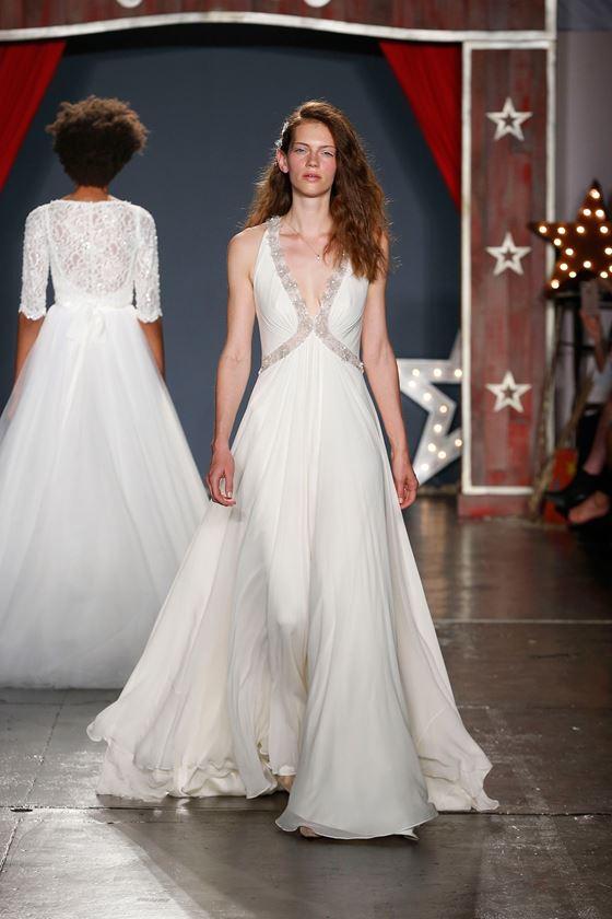Греческие свадебные платья 2017-2018: глубокий вырез с блестящим декором