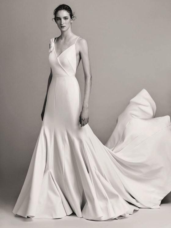 Греческие свадебные платья 2017-2018: гладкое минималистичное с длинным шлейфом