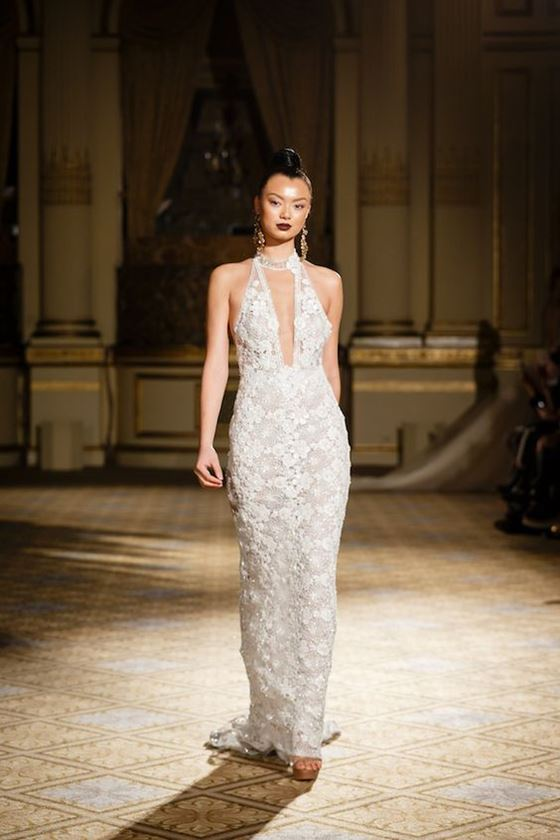 Греческие свадебные платья 2017-2018: глубокий V-образный вырез и цветочный декор