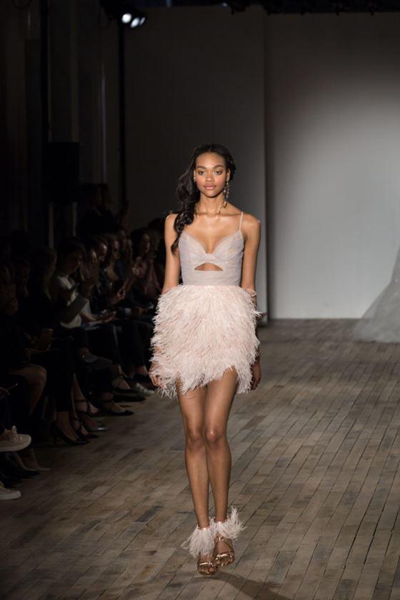 Короткие свадебные платья 2017-2018: юбка с пышными перьями