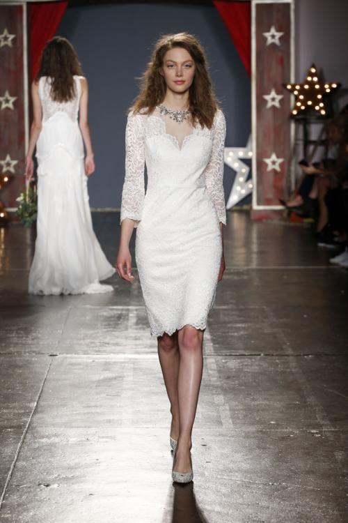 Короткие свадебные платья 2017-2018: длинные кружевные рукава