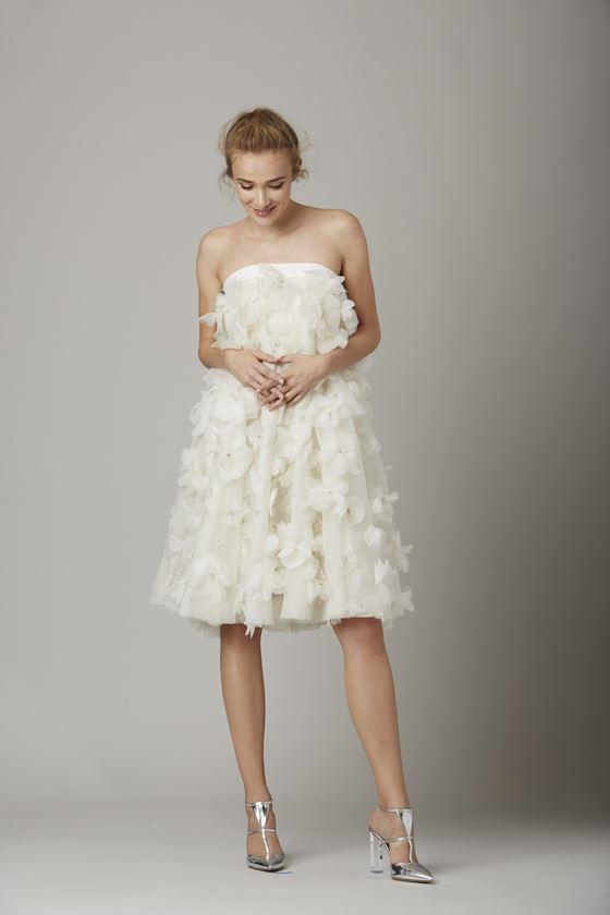 Короткие свадебные платья 2017-2018: трапециевидное бюстье с цветочными аппликациями
