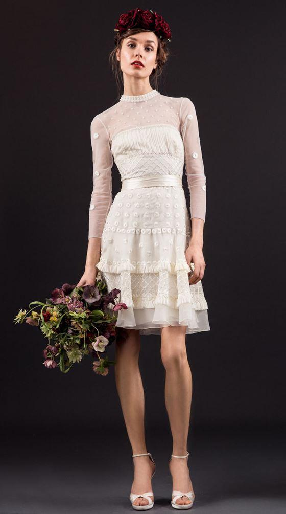 Короткие свадебные платья 2017-2018: длинные полупрозрачные рукава