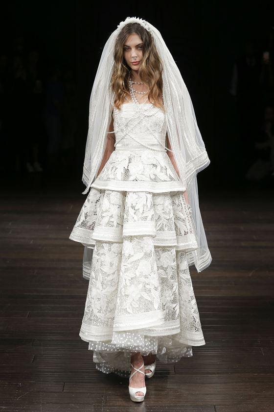 Кружевные свадебные платья 2017-2018: многоярусное с фатой