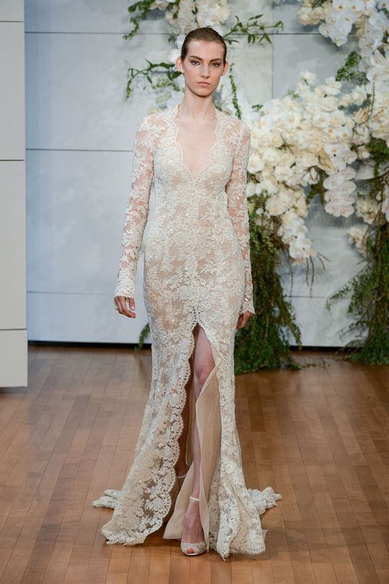 Кружевные свадебные платья 2017-2018: разрез посередине и длинные рукава