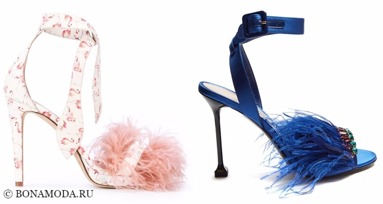 Модные туфли тенденции 2017-2018: светлые и синие босоножки на шпильке с перьями
