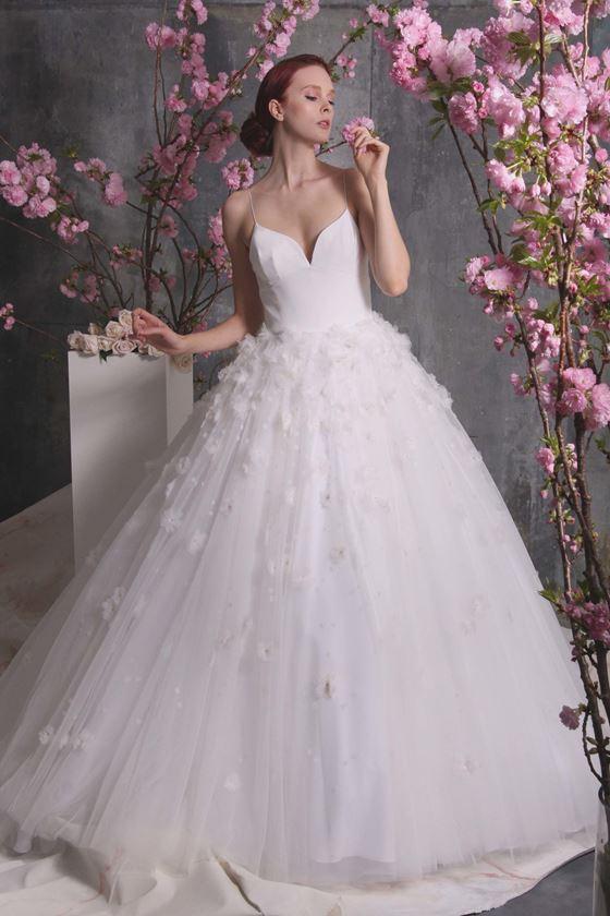 Пышные свадебные платья 2017-2018: тонкие бретели и цветочные аппликации на тюлевой юбке