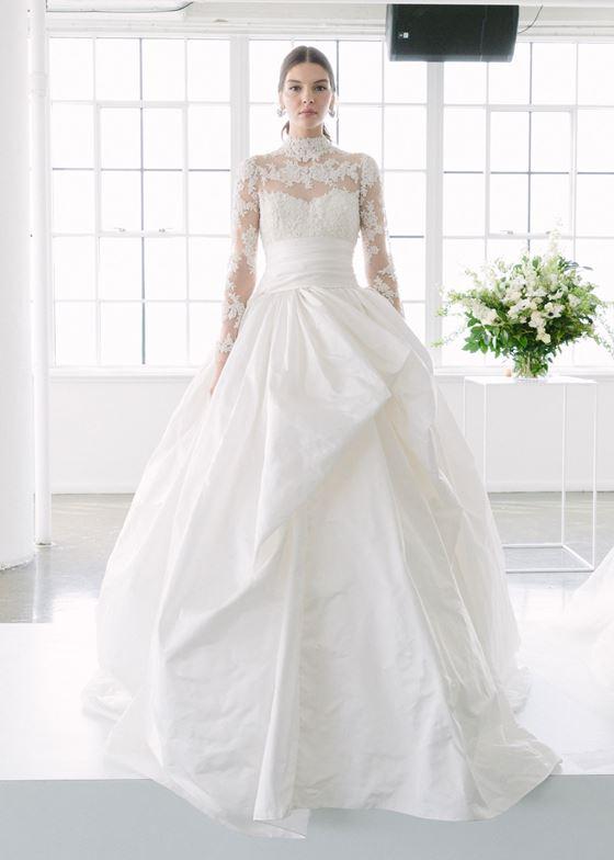 Пышные свадебные платья 2017-2018: асимметричная юбка и длинные кружевные рукава