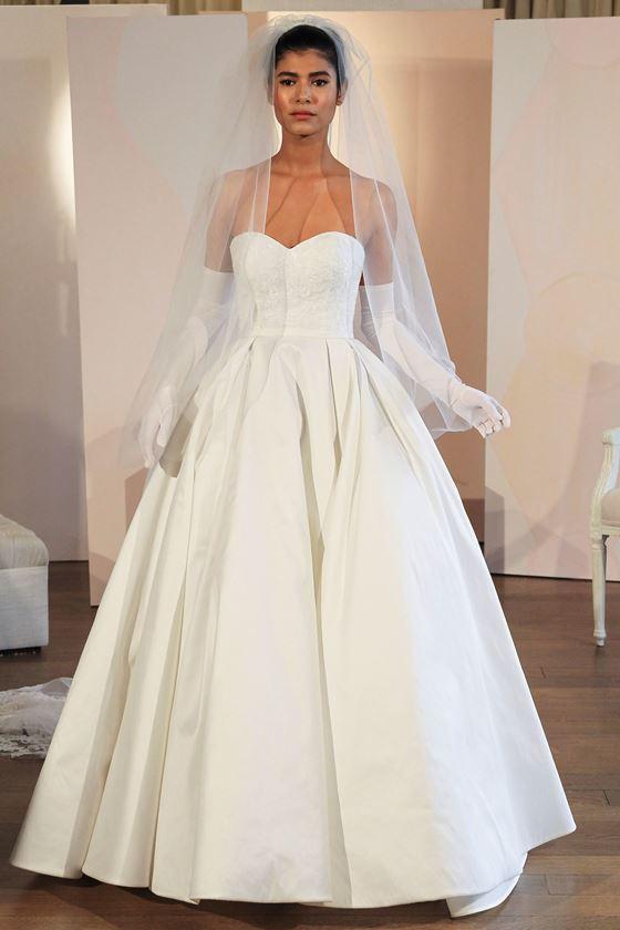 Пышные свадебные платья 2017-2018: бюстье сердечком и длинные перчатки