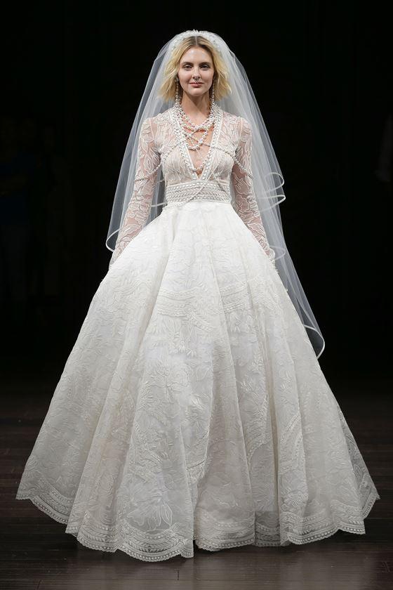 Пышные свадебные платья 2017-2018: кружевное с длинными рукавами и глубоким V-образным вырезом