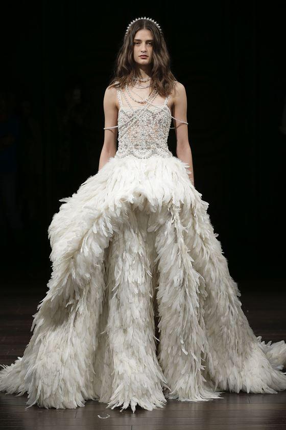 Пышные свадебные платья 2017-2018: объёмная юбка с длинными перьями