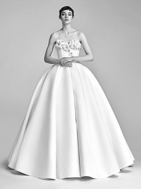 Пышные свадебные платья 2017-2018: лиф с цветочной отделкой и гладкая минималистичная юбка