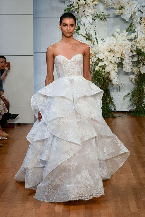 Пышные свадебные платья 2017-2018: бюстье и юбка с крупными жесткими воланами