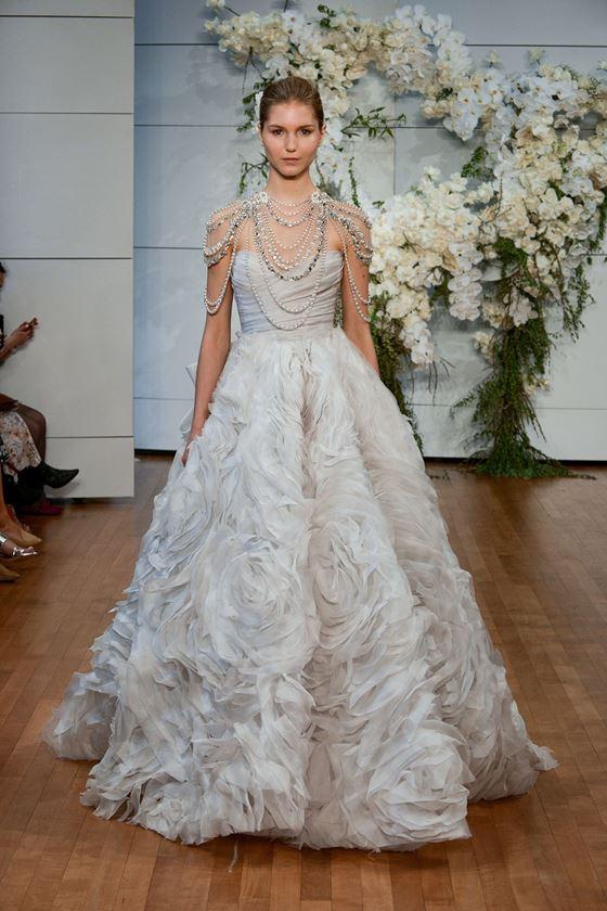 Пышные свадебные платья 2017-2018: жемчужный оттенок, фактурная юбка и бусы