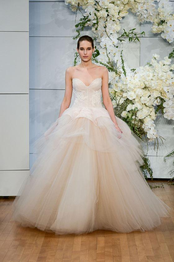 Пышные свадебные платья 2017-2018: светло-бежевое с тюлевой юбкой и баской