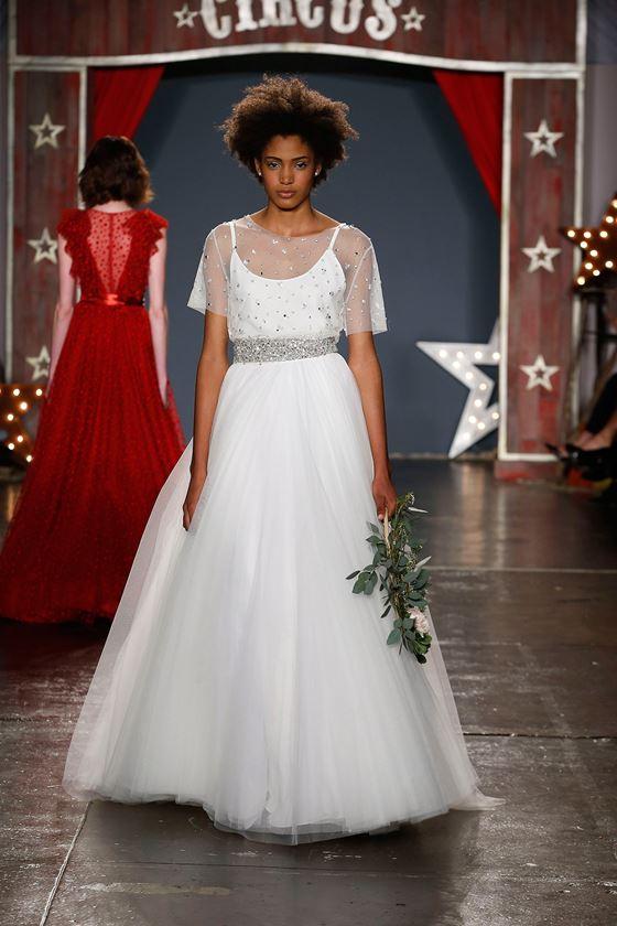 Пышные свадебные платья 2017-2018: объёмная юбка плиссе полупрозрачная накидка из тюля