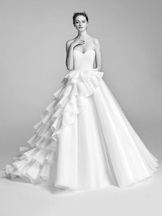 Пышные свадебные платья 2017-2018: асимметричное многоярусное с воланами