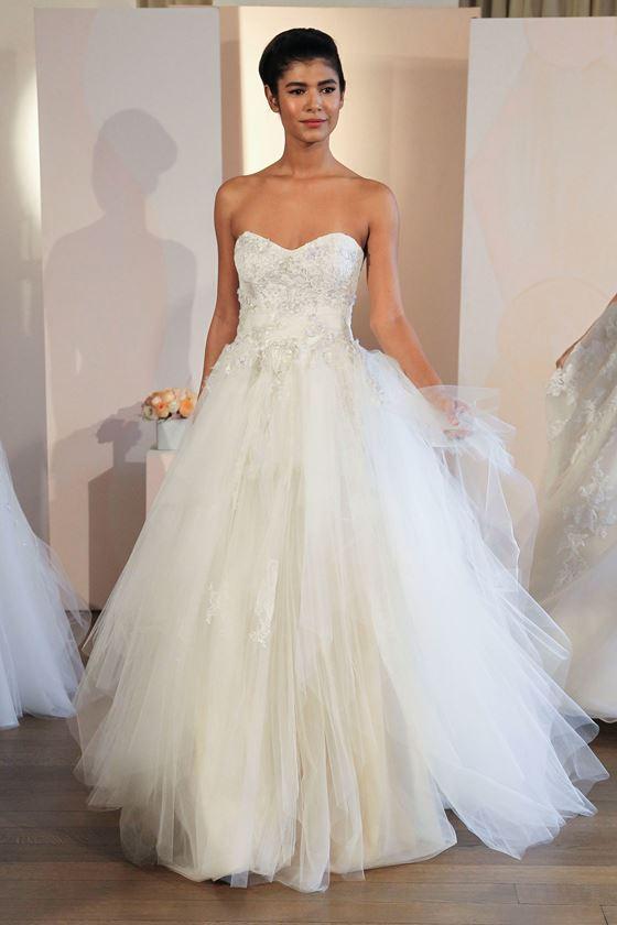 Пышные свадебные платья 2017-2018: корсет бюстье сердечком с кристальной вышивкой и тюлевой юбкой