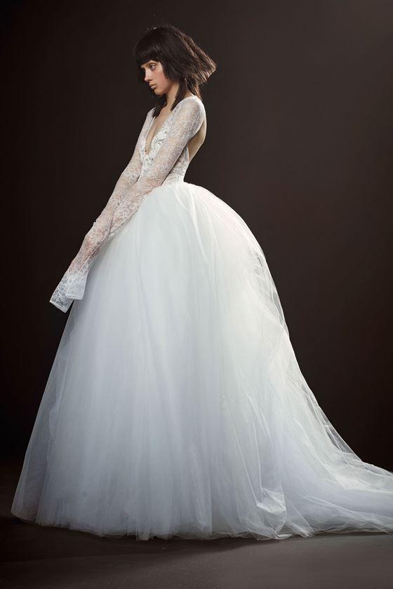 Пышные свадебные платья 2017-2018: длинные кружевные рукава и тюлевая юбка