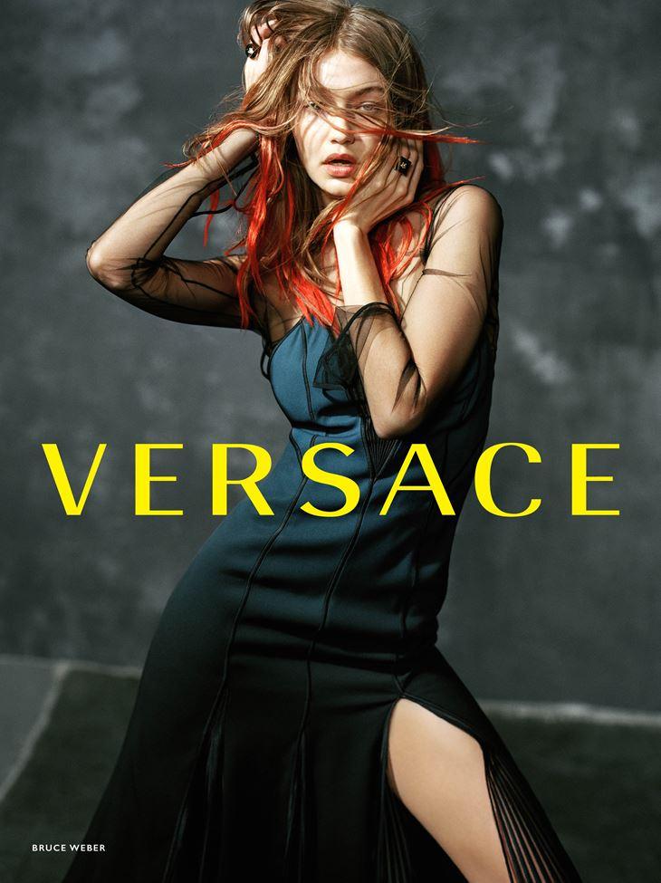 Рекламная кампания Versace осень-зима 2017-2018 - Джиджи Хадид в платье с разрезом