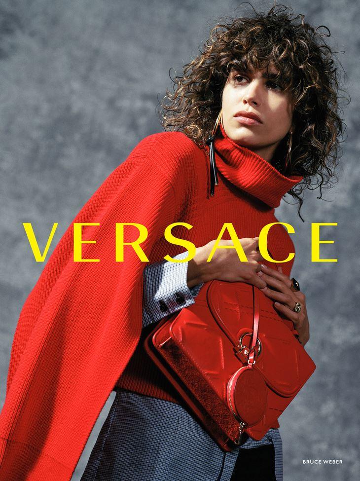 Рекламная кампания Versace осень-зима 2017-2018 - Мика Арганараз в красном свитере и с красной сумкой
