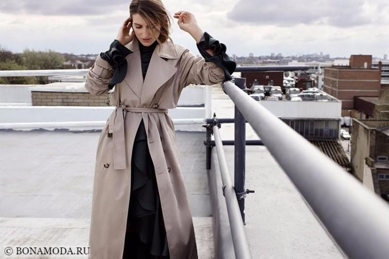 Лукбук коллекции Marks & Spencer осень-зима 2017-2018: бежевый плащ тренчкот