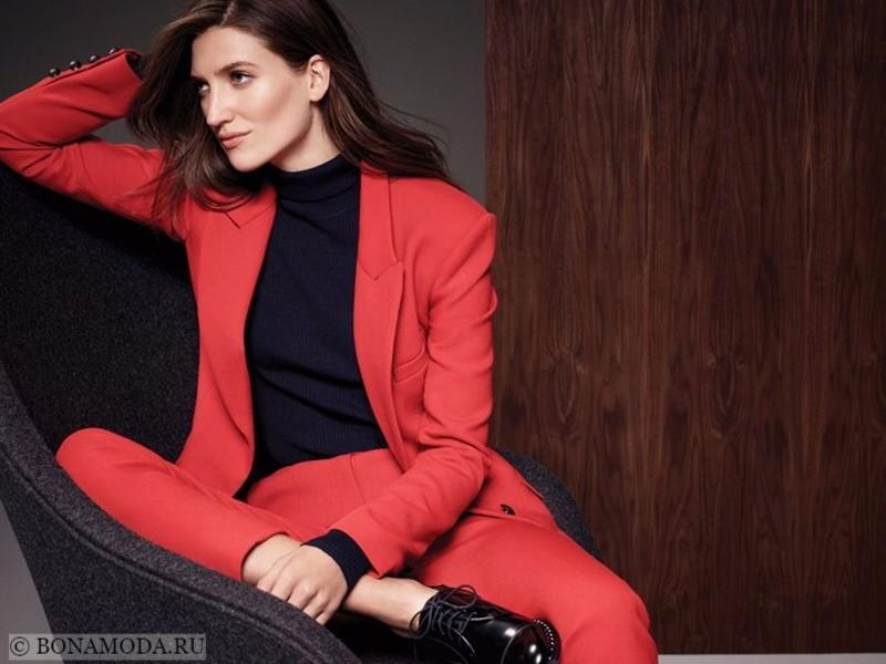 Лукбук коллекции Marks & Spencer осень-зима 2017-2018: красный брючный костюм