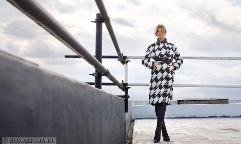 Лукбук коллекции Marks & Spencer осень-зима 2017-2018: черно-белое пальто с запахом