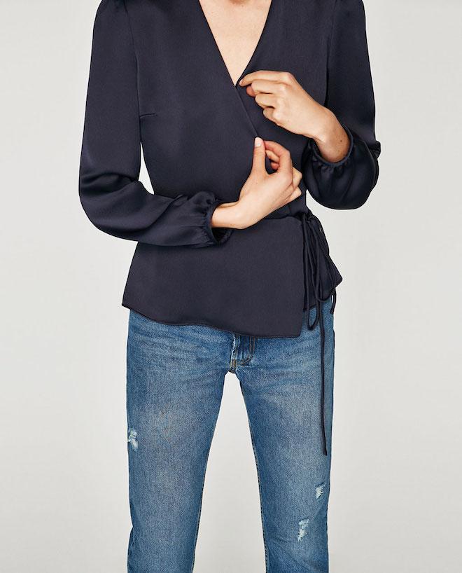 Лукбук коллекции Zara осень-зима 2017-2018: шелковая блузка с запахом с джинсами слим