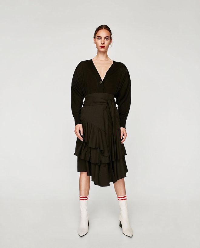 Лукбук коллекции Zara осень-зима 2017-2018: черная блузка с юбкой с воланами