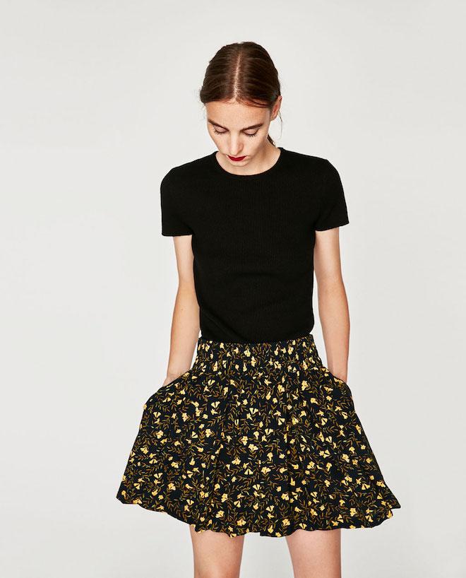 Лукбук коллекции Zara осень-зима 2017-2018: черный топ с короткой цветочной юбкой