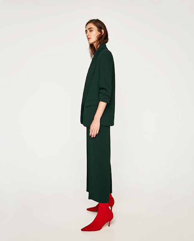 Лукбук коллекции Zara осень-зима 2017-2018: темно-зеленый костюм с короткими брюками и красными ботильонами