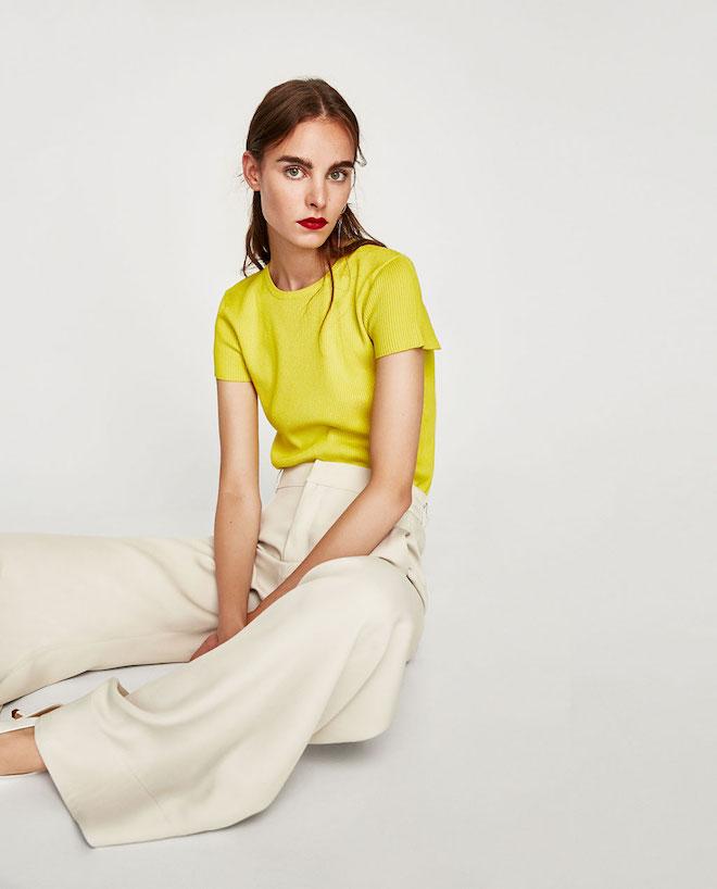 Лукбук коллекции Zara осень-зима 2017-2018: желтый топ со светлыми белыми брюками